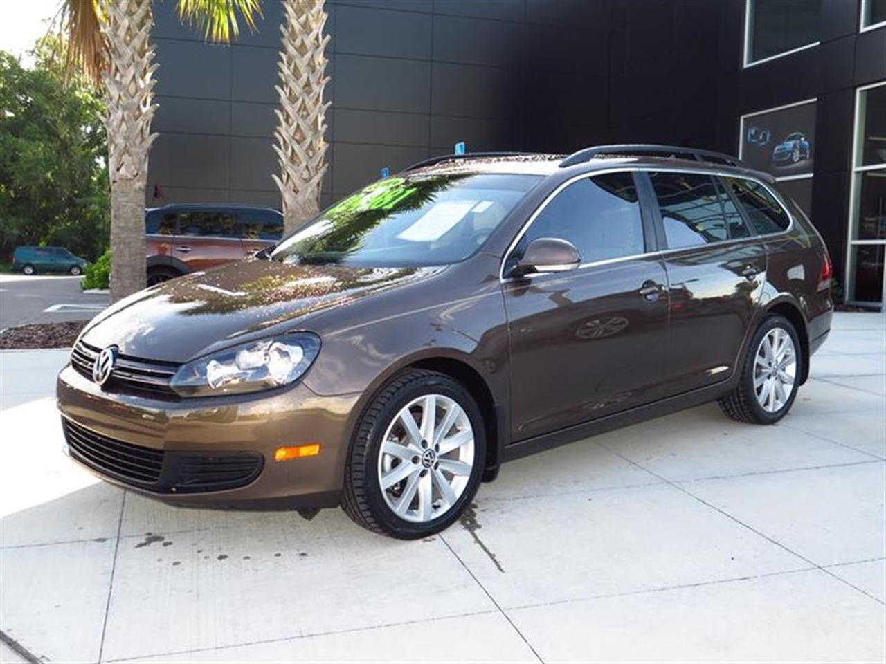 2013 VOLKSWAGEN JETTA SPORTWAGEN 4dr DSG TDI wSunroof 28190 miles 3 pwr outlets Anti-theft veh