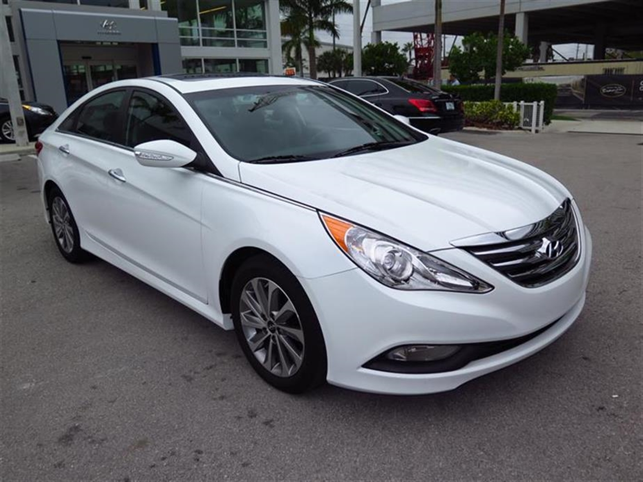 2014 HYUNDAI SONATA 4dr Sdn 24L Auto Limited 12199 miles 2 12V DC Power Outlets 5 Person Seating