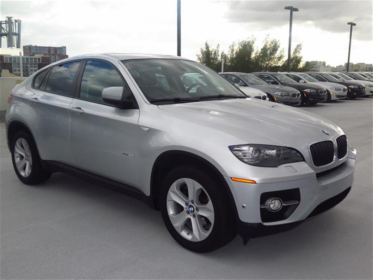 2012 BMW X6 AWD 4dr 35i 31365 miles 10-way power-adjustable drivers and passengers bucket seats a