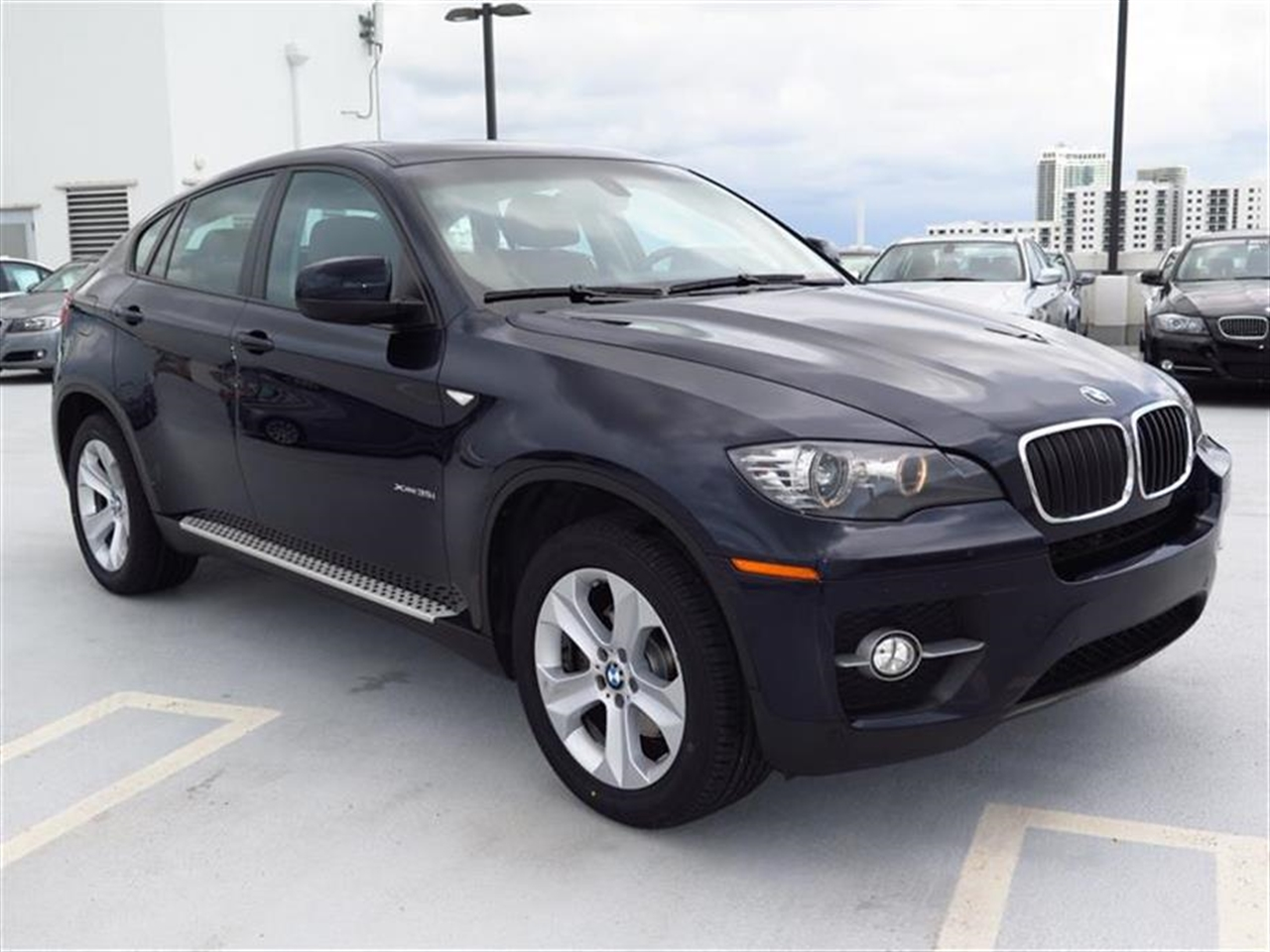 2011 BMW X6 AWD 4dr 35i 49997 miles 10-way power-adjustable drivers and passengers bucket seats an