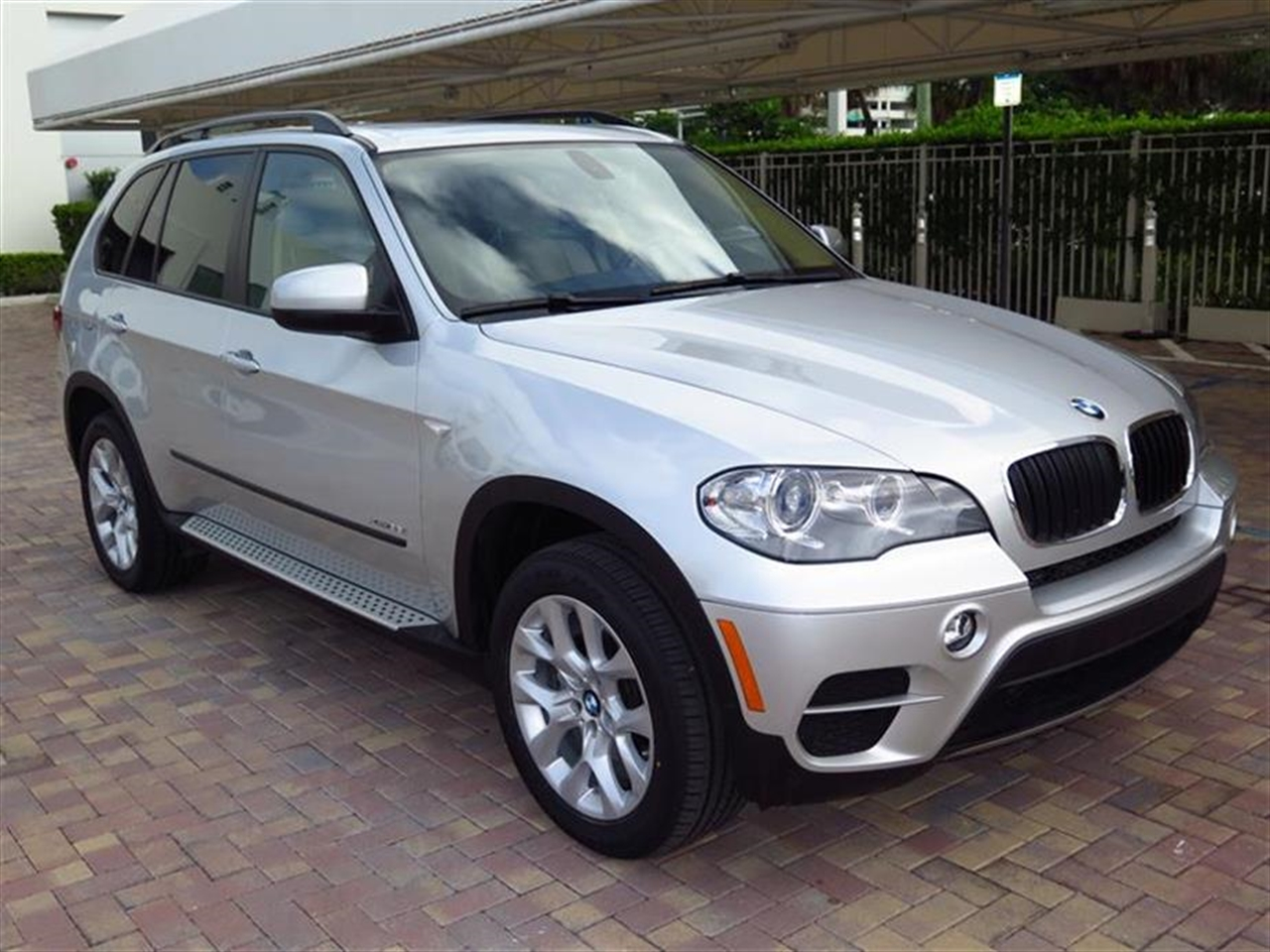 2013 BMW X5 AWD 4dr xDrive35i 20916 miles 10-way power-adjustable drivers and passengers seat -inc