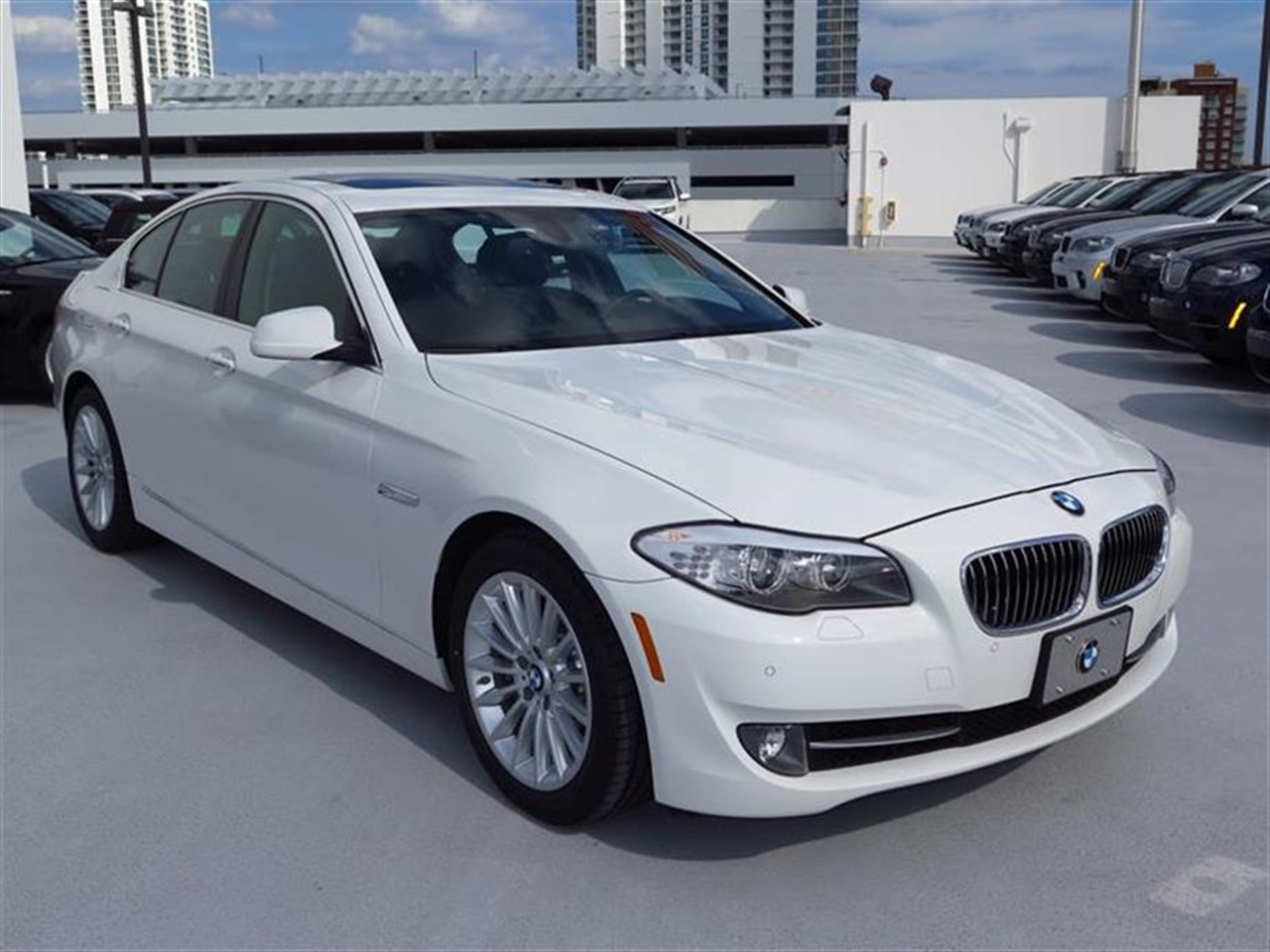 2013 BMW 5 SERIES 4dr Sdn 535i xDrive AWD 29465 miles 10-way power-adjustable front bucket seats