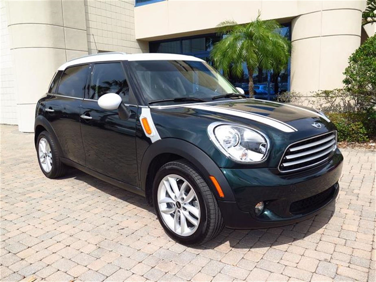 2013 MINI COOPER COUNTRYMAN FWD 4dr 4988 miles 2 front cup holders 3 12V pwr outlets 3 rea