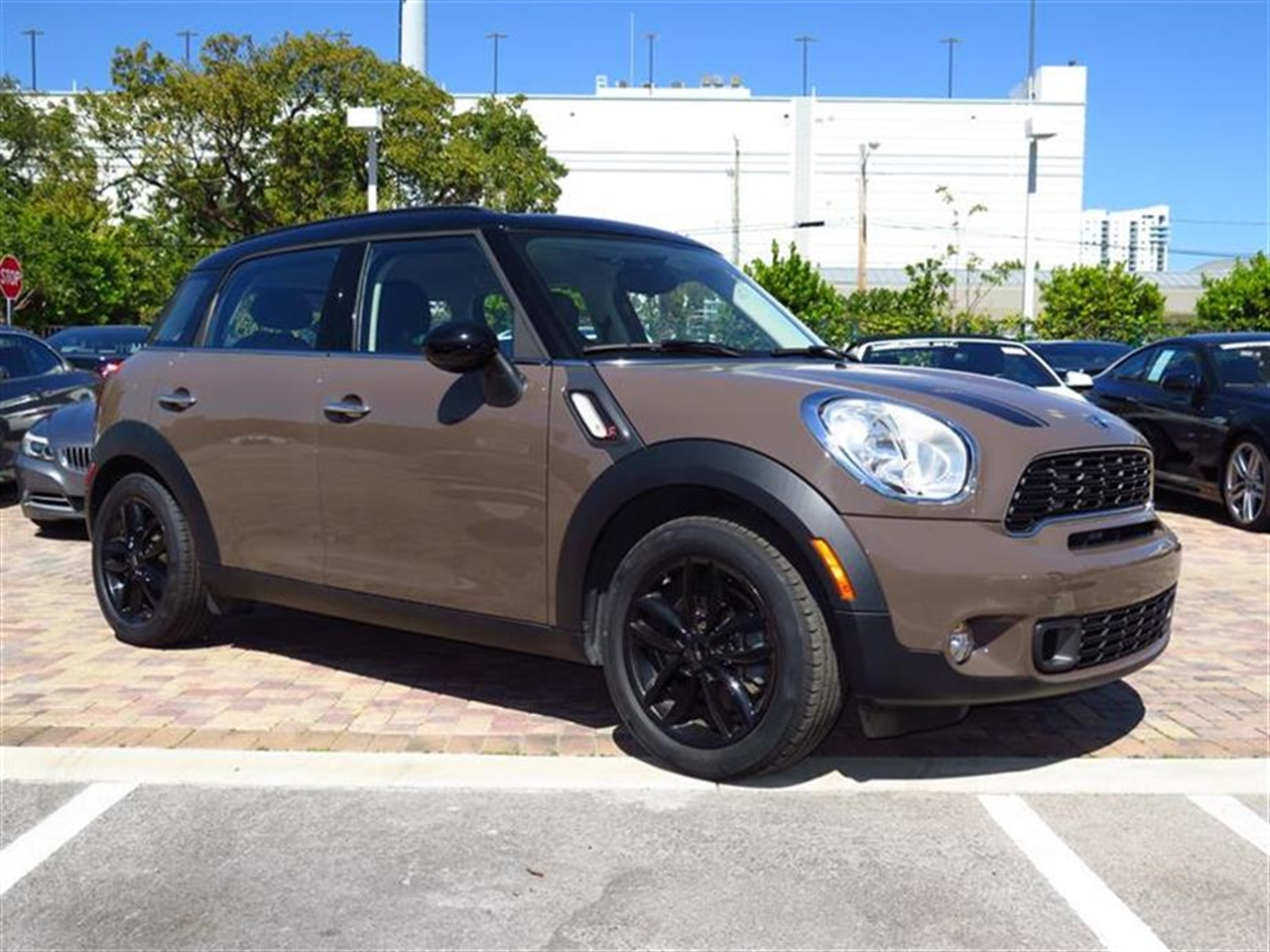 2012 MINI COOPER S COUNTRYMAN FWD 4dr S 30713 miles 2 front cup holders 3 12V pwr outlets 1